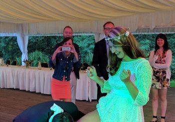 Sundavání podvazku – tradiční zábava na svatbě. Ano, nebo ne?